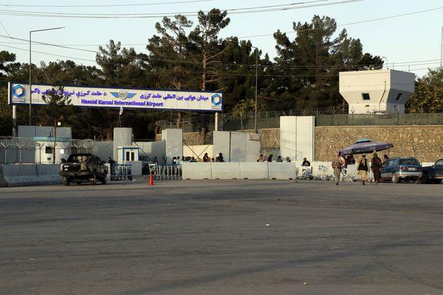 Photo prise le 18 août 2021 devant l'aéroport de Kaboul en Afghanistan où les talibans...