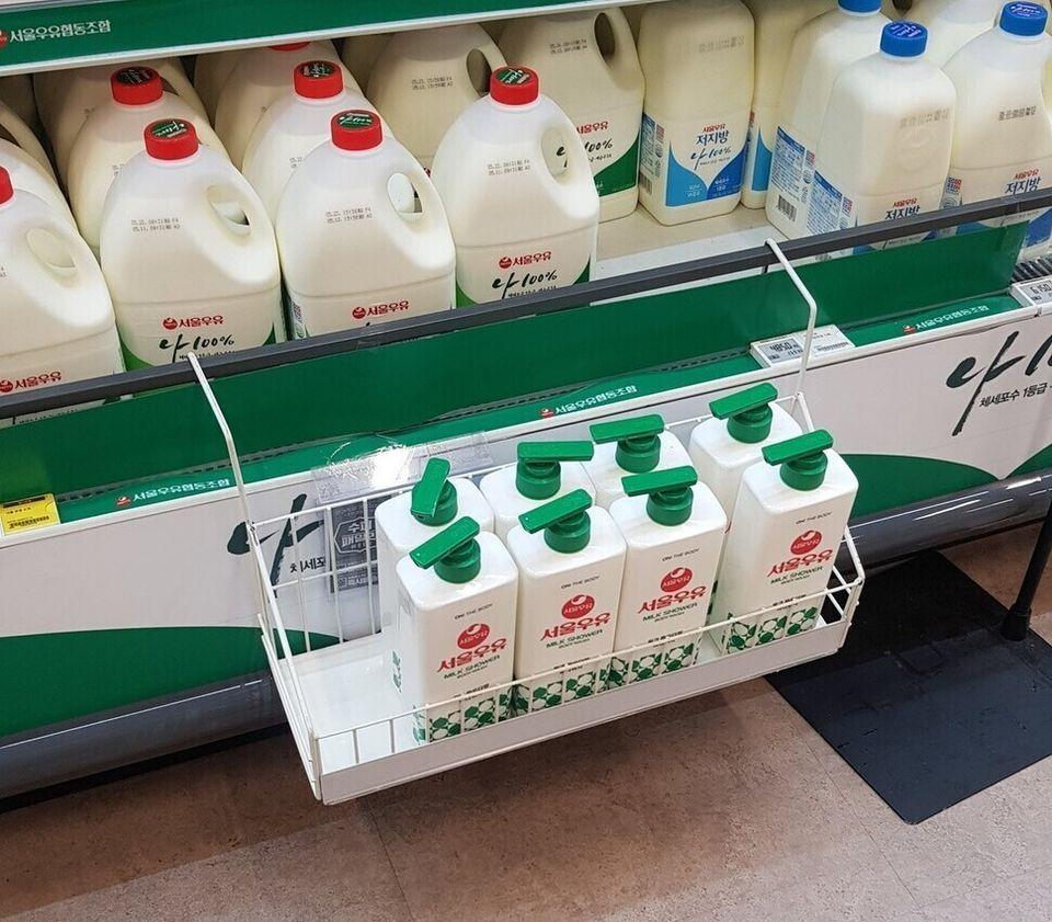 지난 15일 부산 홈플러스 아시아드점에 '서울우유 보디 워시' 제품이 실제 우유 판매대 옆에