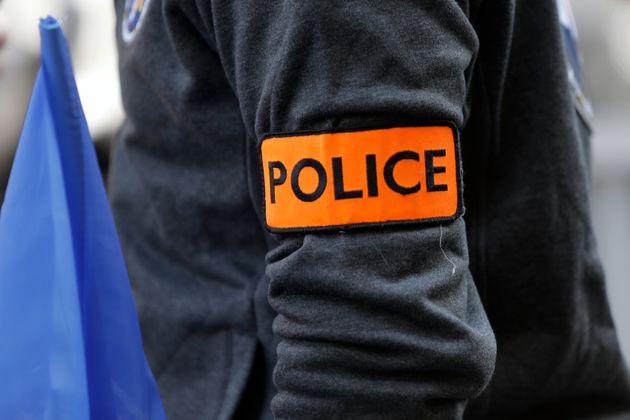 Un homme armé arrêté près d'une église à Paris (photo