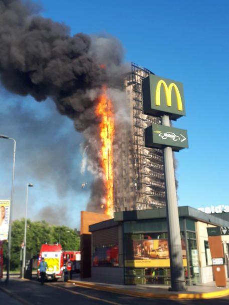 """""""Ci avevano detto che i pannelli del palazzo erano ignifughi, sono bruciati come"""