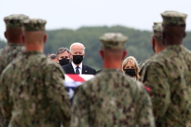 Joe et Jill Biden sur la base aérienne de Dover, dans le Delaware aux États-Unis, le 29...