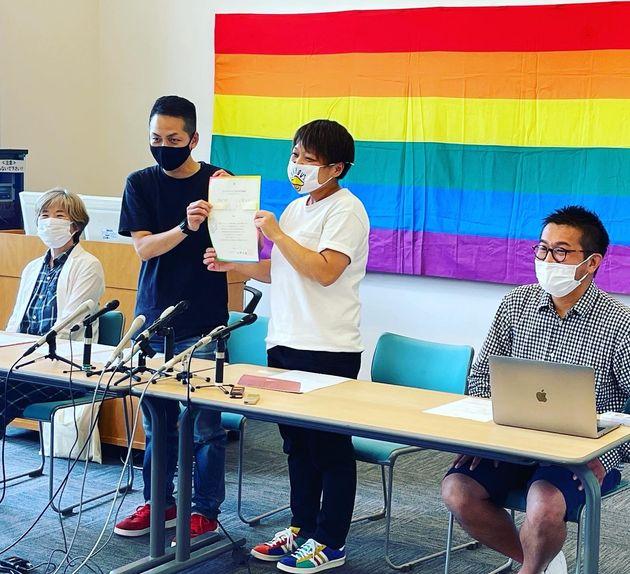 (写真中央)第1号利用カップルの岡田千央美さんと小室礼子さん