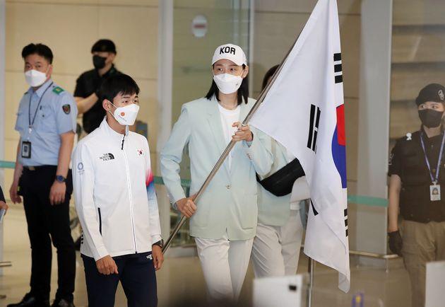 근대5종 전웅태와 여자 배구대표팀 김연경이 9일 오후 인천국제공항 제2터미널에서 열린 2020 도쿄올림픽 대한민국 선수단 환영 행사에 앞서 태극기를 들고 입장하고