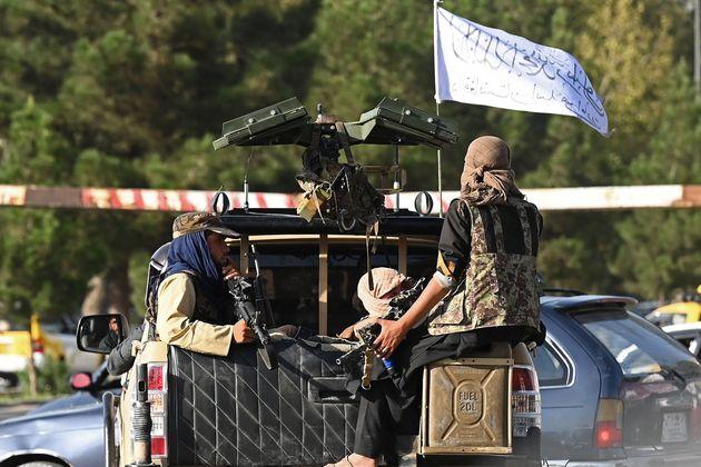 Un grupo de talibanes en un vehículo, en