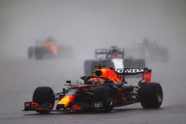 O Μαρξ Φερστάπεν οδηγεί υπό καταρρακτώδη βροχή.