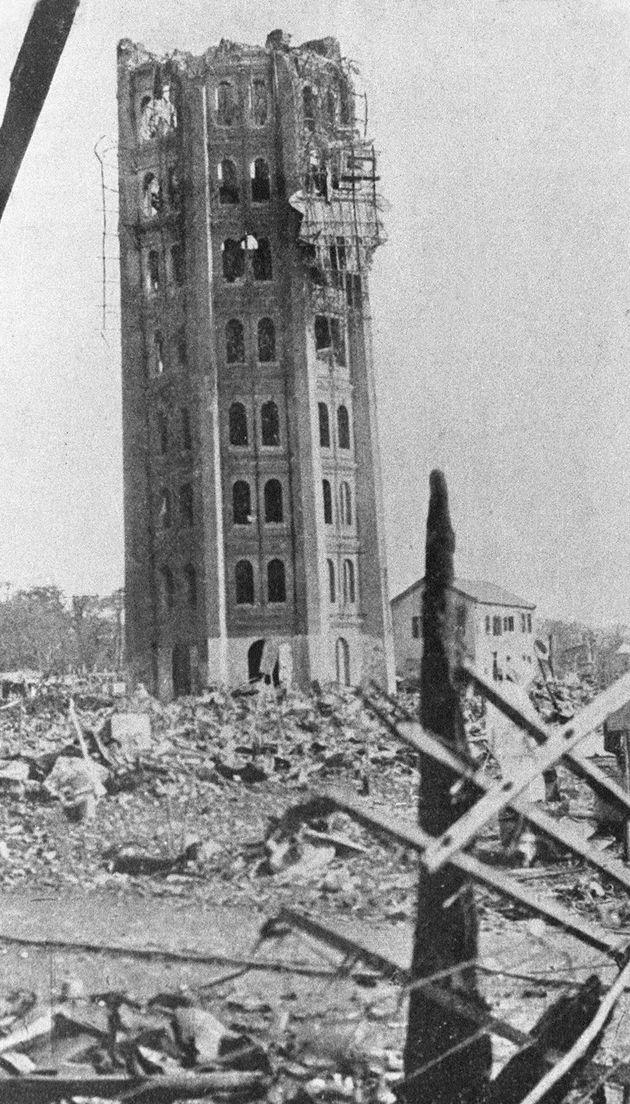 8階から崩れ落ちた東京・浅草の凌雲閣。12階建ての展望塔だった。