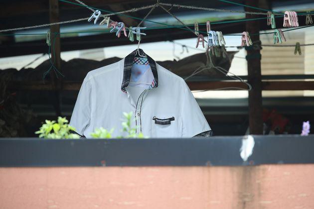 사건이 발생한 주택 옥상에 월요일 등교를 위해 할머니가 깨끗하게 빨아둔 흰 교복이 빨랫줄에 걸려 있다.