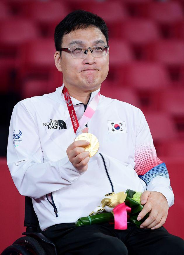 주영대가 30일 일본 도쿄 메트로폴리탄체육관에서 열린 2020 도쿄패럴림픽 탁구 남자 개인전(TT1) 시상식에서 금메달을 목에 걸고
