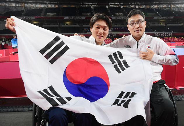 주영대(오른쪽)과 김현욱(왼쪽)이 30일 일본 도쿄 메트로폴리탄체육관에서 열린 2020 도쿄패럴림픽 남자 탁구 개인전(TT1) 결승을 마친 후 함께 태극기를 들고 포즈를 취하고