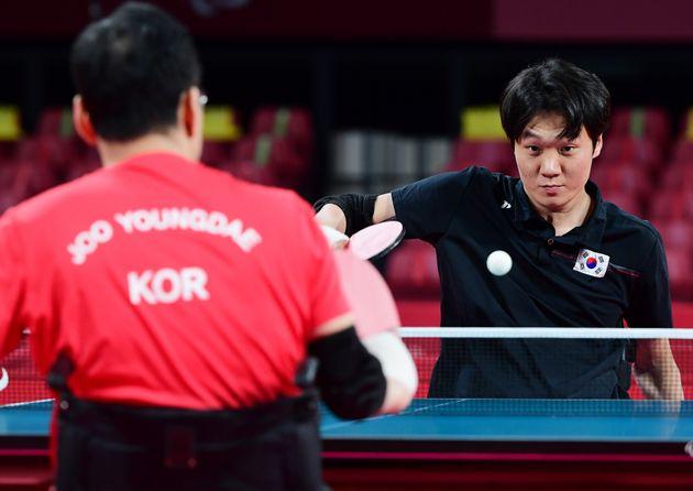 김현욱이 30일 일본 도쿄 메트로폴리탄체육관에서 열린 2020 도쿄패럴림픽 남자 탁구 개인전(TT1) 결승에서 주영대를 상대로 경기를 펼치고
