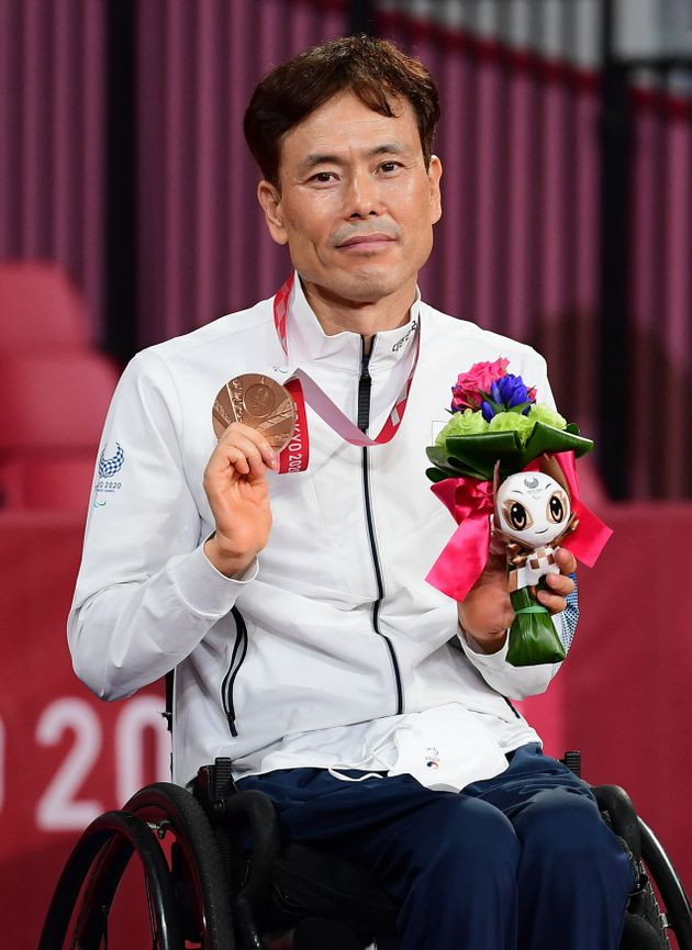 남기원이 30일 일본 도쿄 메트로폴리탄체육관에서 열린 2020 도쿄패럴림픽 탁구 남자 개인전(TT1) 시상식에서 동메달을 목에 걸고