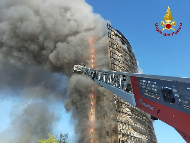 A large fire rips through a block of flats in Milan, Italy, August 29, 2021. Picture taken August 29, 2021. Vigili del Fuoco/Handout via REUTERS ATTENTION EDITORS THIS IMAGE HAS BEEN SUPPLIED BY A THIRD PARTY. DO NOT OBSCURE LOGO.