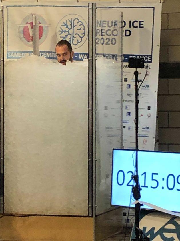 Romain Vandendorpe s'est immergé jusqu'au cou dans la glace pendant 2h, 35min et