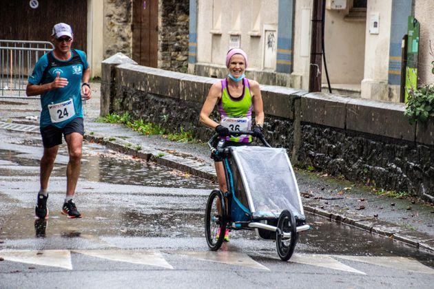 Sally Onn et sa fille Elodie dans la poussette ont couvert 10km en 41min et
