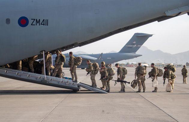 Soldados de EEUU se suben a un avión para abandonar