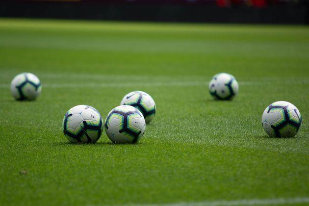 Pelotas en un campo de fútbol en una imagen de