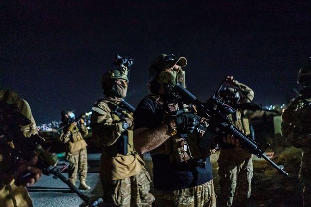 Ταλιμπάν που φέρουν αμερικανικό εξοπλισμό, οπλισμό κ.λπ. στο αεροδρόμιο της Καμπούλ από όπου αναχώρησε η τελευταία στρατιωτική πτήση στην οποία επέβαιναν στρατιώτες των ΗΠΑ.