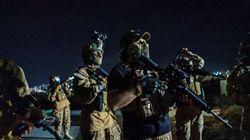 Los talibanes irrumpen en el Aeropuerto Internacional de Kabul con armas y equipos estadounidenses para celebrar la
