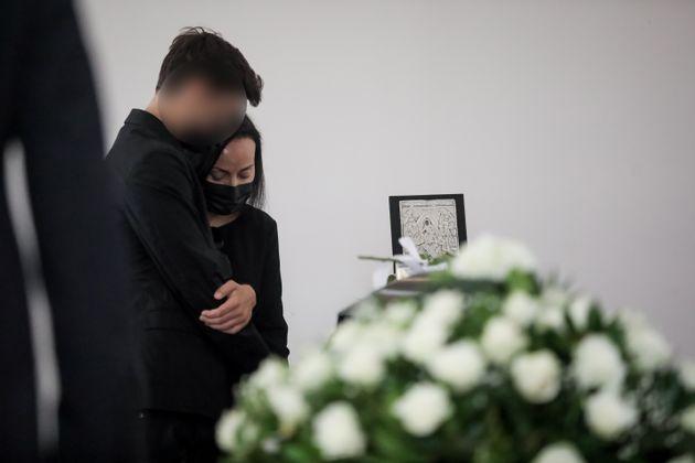 Η Βίκυ Σταμάτη μαζί με τον γιο τουςείπαν το τελευταίο αντίο στονΆκηΤσοχατζόπουλο