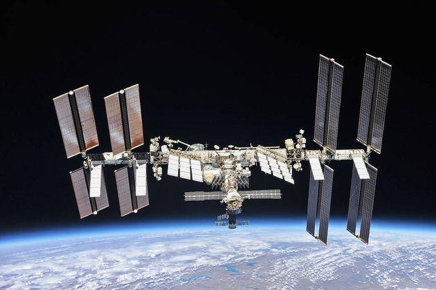 Image d'octobre 2018, la station poursuit sa mission de mener des recherches et des expériences en microgravité,...