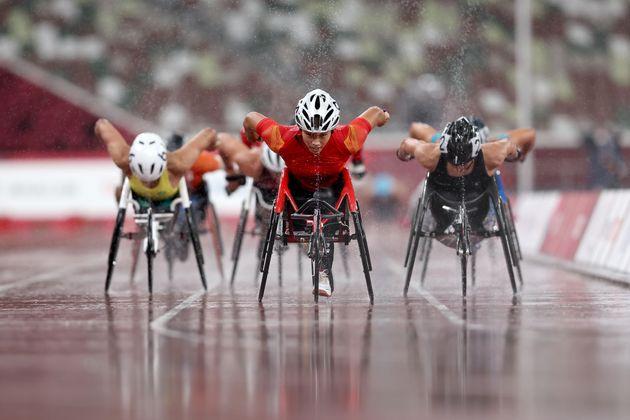 Zhou Zhaoqian, de l'équipe de Chine, franchit la ligne d'arrivée pour remporter la médaille d'or du 1500...