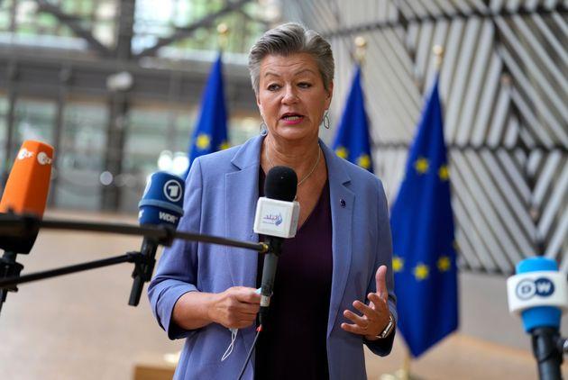 Η Ευρωπαία Επίτροπος Εσωτερικών Υποθέσεων Ylva Johansson μιλά στους δημοσιογράφους καθώς φθάνει για την συνάντηση των υπουργών Δικαιοσύνης και Εσωτερικών της ΕΕ στο κτίριο του Ευρωπαϊκού Συμβουλίου στις Βρυξέλλες, - Τρίτη, 31 Αυγούστου 2021.