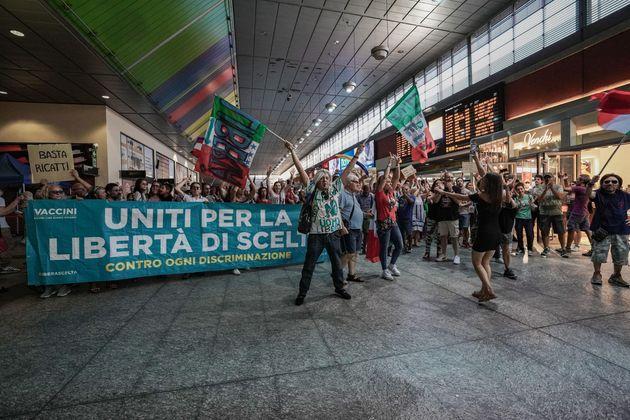 Alcune centinaia di persone a Torino hanno dato vita a un corteo contro il Green pass e le politiche del governo in materia di emergenza sanitaria, 21 agosto 2021. I manifestanti si sono portati in prossimità del Parco del Valentino, dove c'è un hub vaccinale, ma hanno trovato un presidio di forze dell'ordine. Quindi hanno fatto irruzione all'interno della stazione ferroviaria di Porta Nuova dove hanno scandito slogan e cantato l'inno di Mameli. ANSA/JESSICA PASQUALON