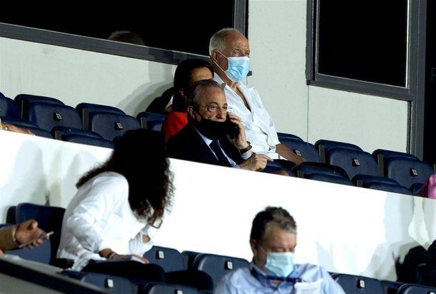 El presidente del Real Madrid, Florentino Pérez (c), durante el partido de Liga de Campeones femenino...