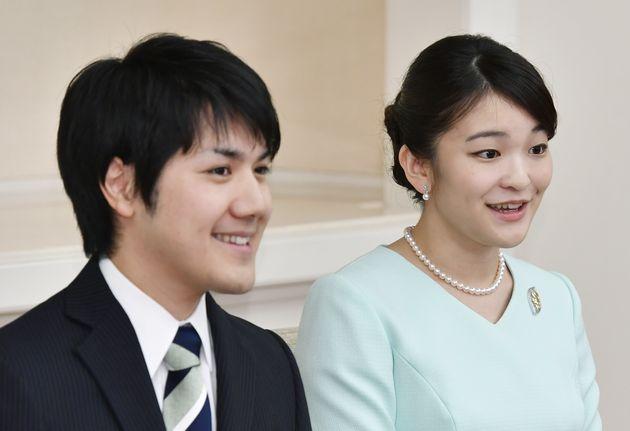 秋篠宮家の長女眞子さま(右)と小室圭さん(左)=2017年09月03日