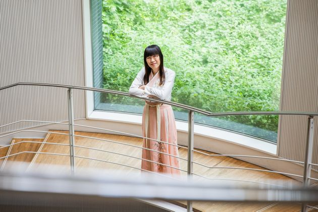 中国・漢民族の伝統衣装「漢服」を着る李琴峰さん