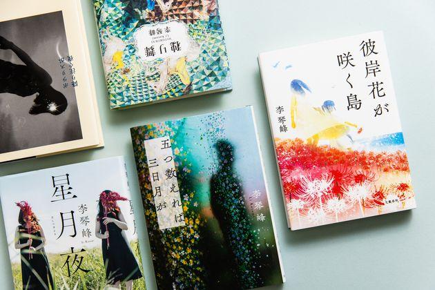 写真右・第165回芥川賞を受賞した『彼岸花が咲く島』(文藝春秋)
