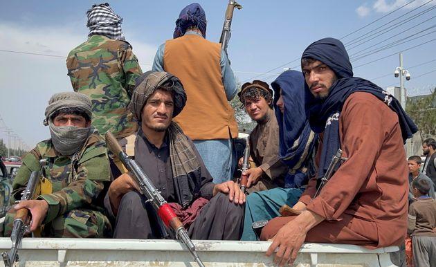 Talibanes ante el aeropuerto Hamid Karzai de Kabul, este 31 de