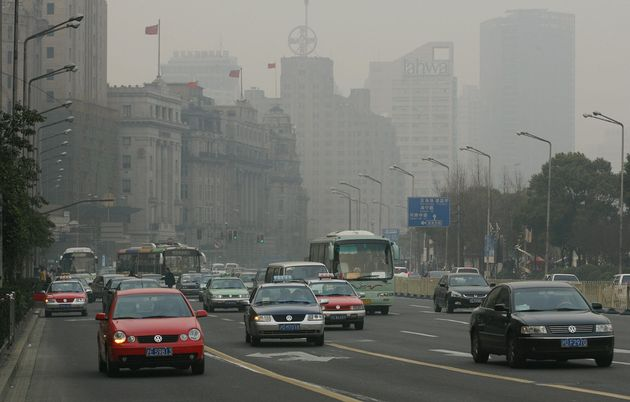 Shanghai, CHINA: Heavy pollution shrouds Shanghai's historic Bund street during peak hour traffic in Shanghai 14 February 2006. The city government is taking measures to improve air quality and will ban all cars without a