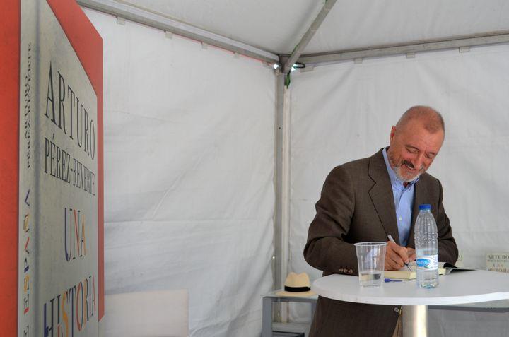 El escritor Arturo Pérez-Reverte firma en la Feria del Libro de Madrid (foto de archivo).