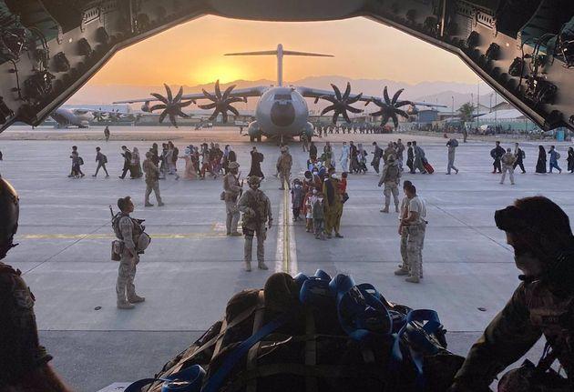 Un avión A400M de Defensa realizando la evacuación de afganos en