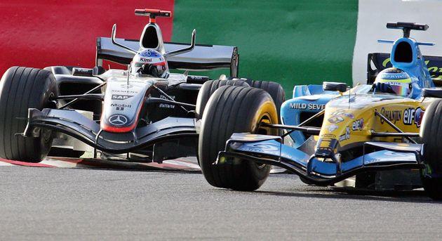 2005年F1日本GP決勝終盤で、先頭を走るフィジケラ選手(右)に追い抜きを仕掛けるライコネン選手(2005年10月9日撮影)