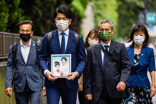 東京・池袋で2019年4月、車を暴走させて母子2人を死亡させるなどの罪に問われた旧通産省工業技術院の元院長・飯塚幸三被告(90)の判決公判を前に、東京地裁に入廷する遺族ら=2021年9月2日撮影
