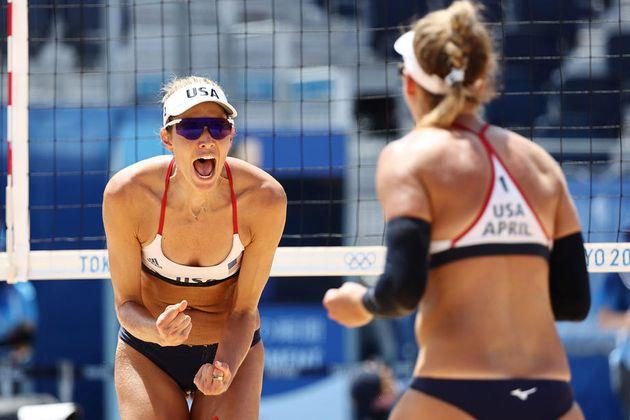Alix Klineman (d) y April Ross (i) de EE. UU. Reaccionan durante el partido por la Medalla de Oro Femenina...