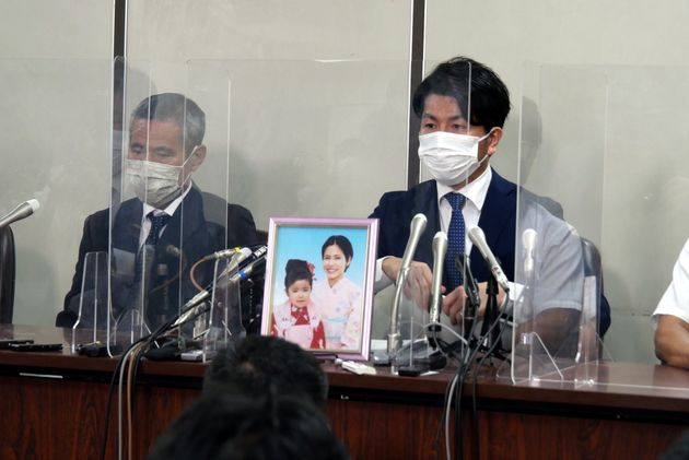 司法記者クラブで会見を開いた遺族の松永拓也さん(右)と上原義教さん(9月2日撮影)