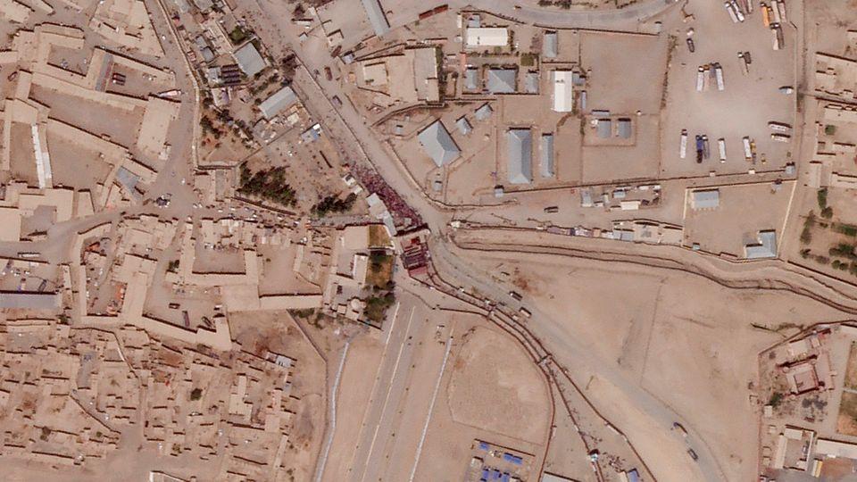 Toma de satélite de Planet Labs Inc. en el que se ve la multitud de personas agolpadas en Spin...