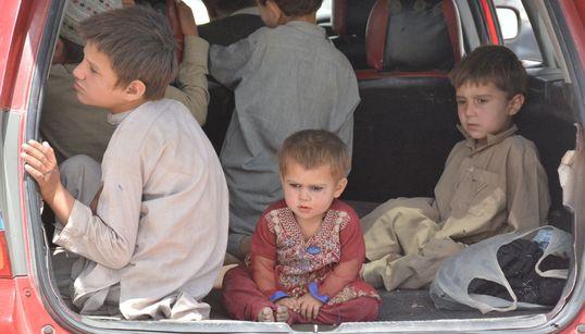 Salir por tierra de Afganistán, el complicado último recurso para evitar a los