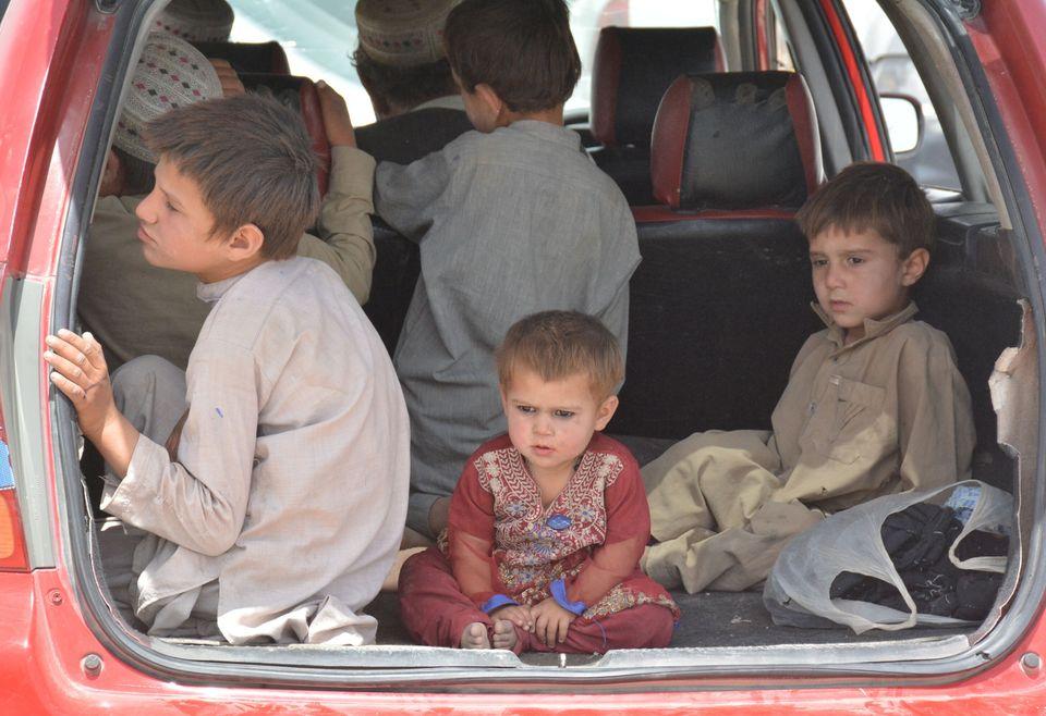 Un grupo de niños afganos espera a entrar en Pakistán por el paso de Chaman, el pasado...