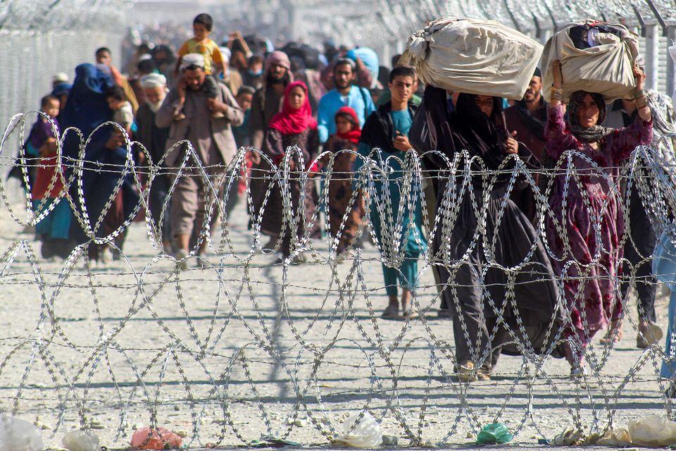 Un grupo de afganos llega con sus pertenencias a cuestas a Chaman, Pakistán, el pasado 24 de