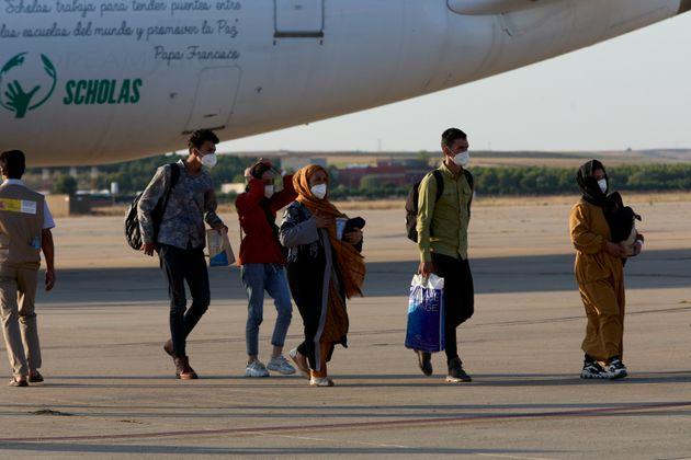 Refugiados afganos, a su llegada a la base de Torrejón de Ardoz (Madrid), el 27 de agosto de