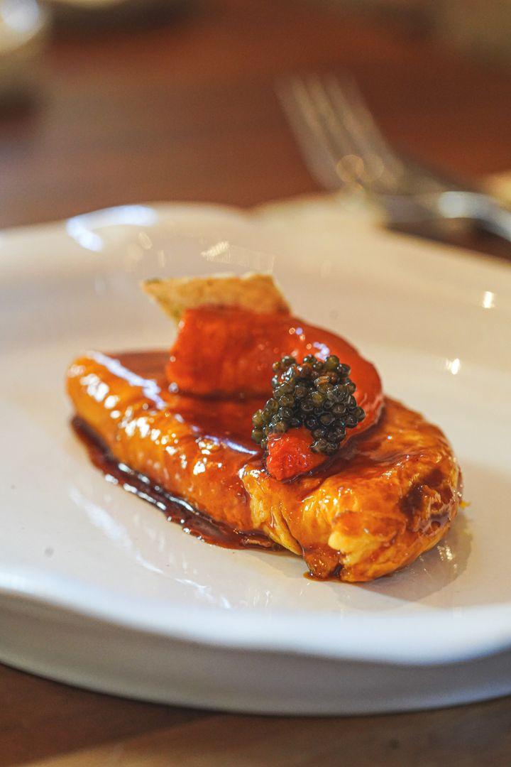 Tortilla no vaga con alistado, caviar y jugo de ave.