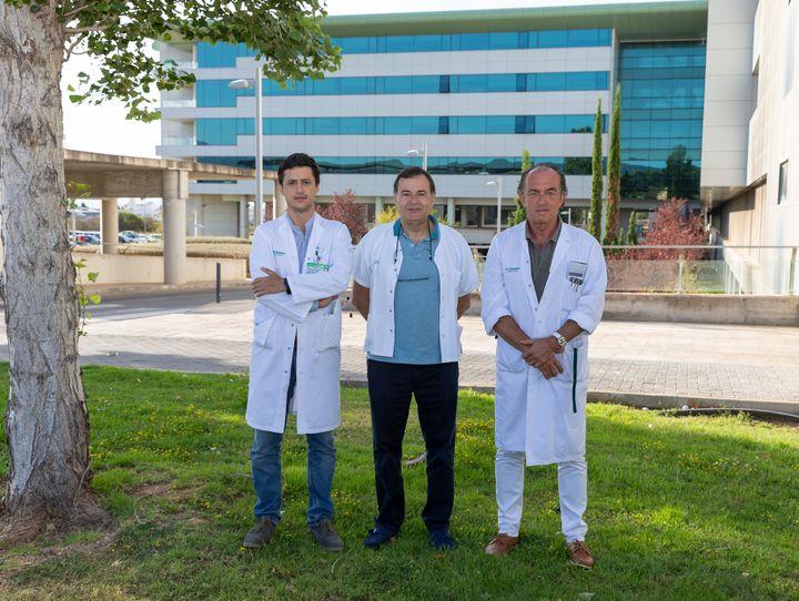 El doctor Segura-Sampedro, junto a dos compañeros del hospital Son Espases.