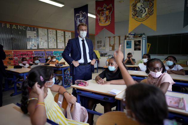 Emmanuel Macron échange avec des élèves dans une école du 13e arrondissement...