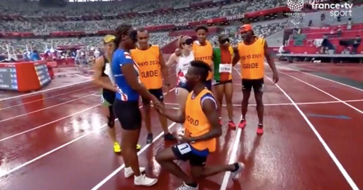Aux Jeux paralympiques, un guide demande sa partenaire malvoyante en mariage après la course