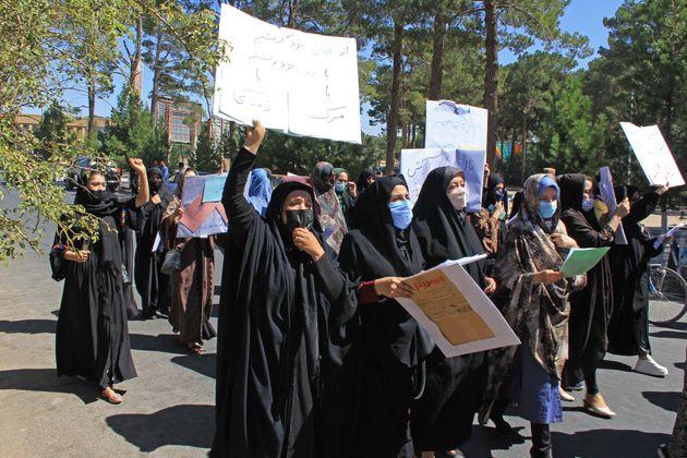 Decenas de mujeres protestan en Herat (Afganistán) por los derechos de las mujeres con el régimen...