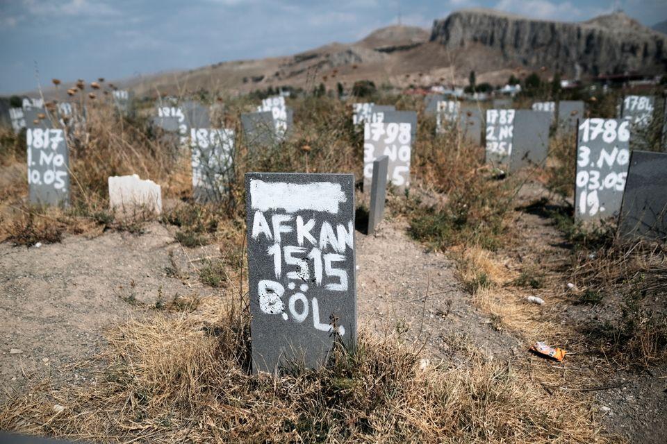 Cementerio con migrantes desconocidos, muertos en su travesía de Irán a Turquía,...